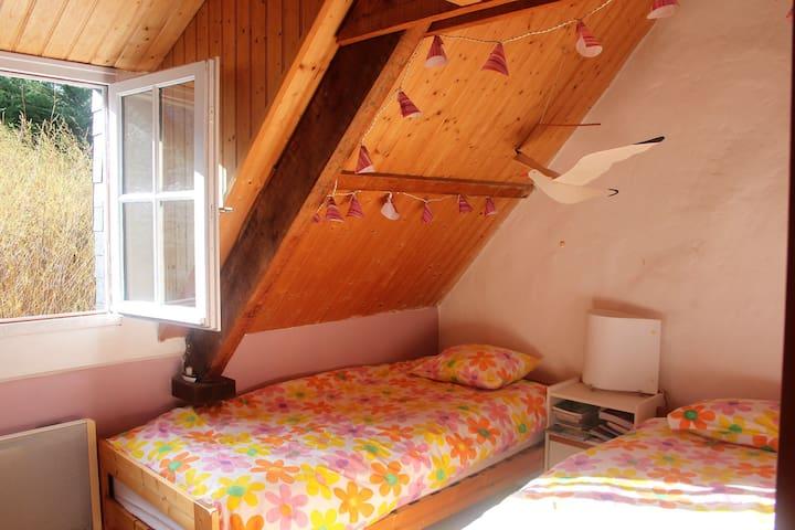 Chambre avec deux lits simple très confortables (et une mezzanine)