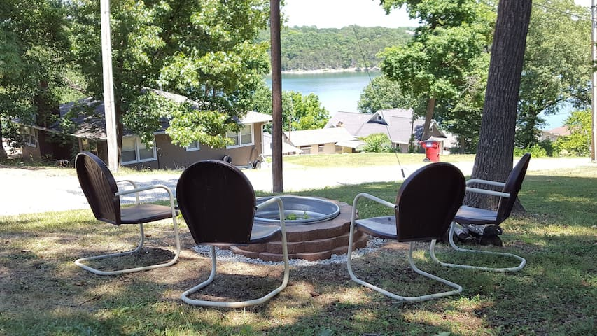 Lake view! Close to town. 2 bedroom home. Sleeps 6