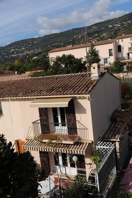 Vue de la maison avec son balcon.