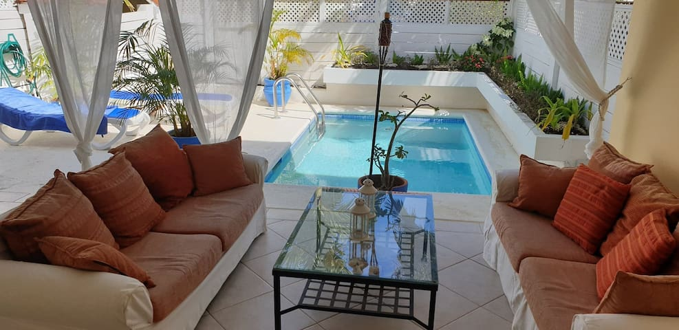 St. James, romantic townhouse with plunge pool