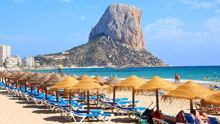 Calpe is less than 45 minutes drive from the hillside apartment in Alcalali. A very popular tourist destination thanks to its beaches, shops, restaurants and nightlife. Also with its magnificent rock, the Peñón de Ifach, a coveted natural park.