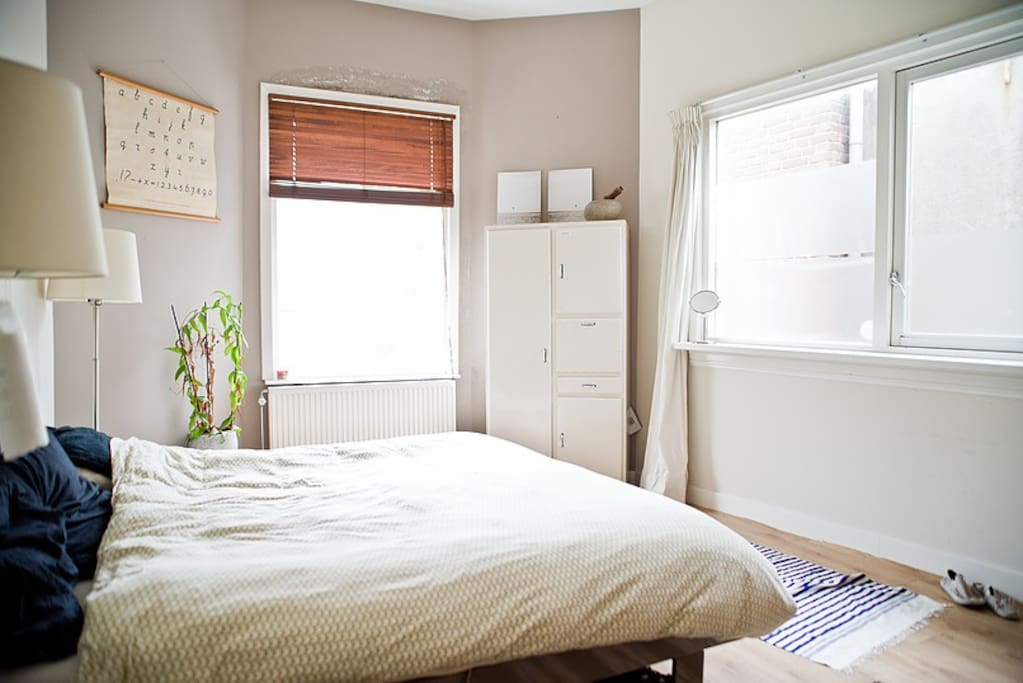 A real Auping bed with Auping mattresses. Lots of light in the bedroom and very quiet at night