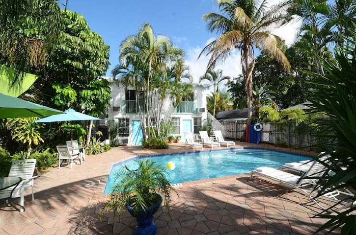 Boutique Hotel with a Pool in Ft. Lauderdale-Queen