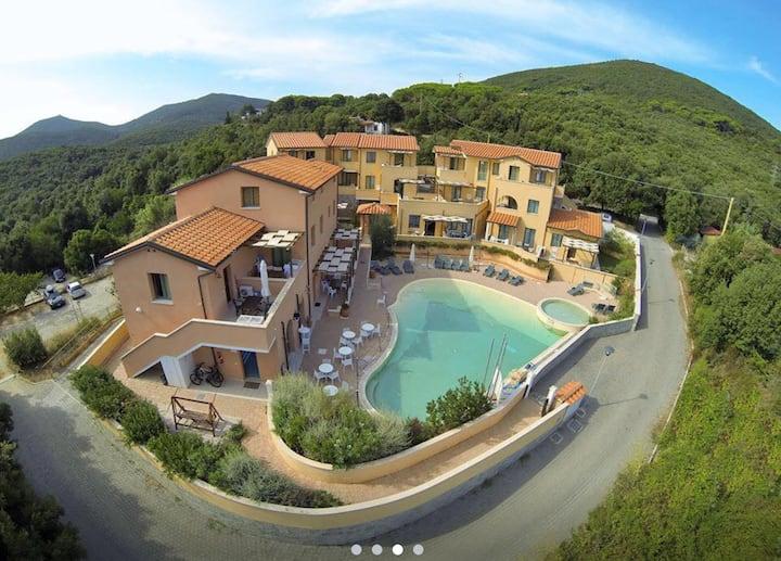 Casa con terrazza pranzabile vista mare e piscina