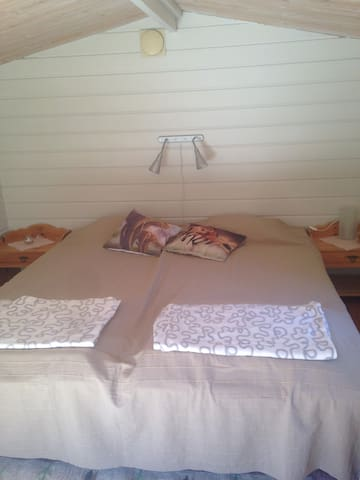 Sängarna i gäststugan, 2st 90cm enkelsängar ihopställda.