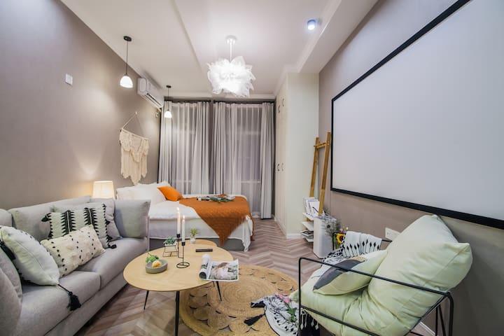 Nice·怀旧 距离外滩200米 南京东路地铁口5分钟 历史优秀建筑内 全新装修一室公寓 巨幕投影