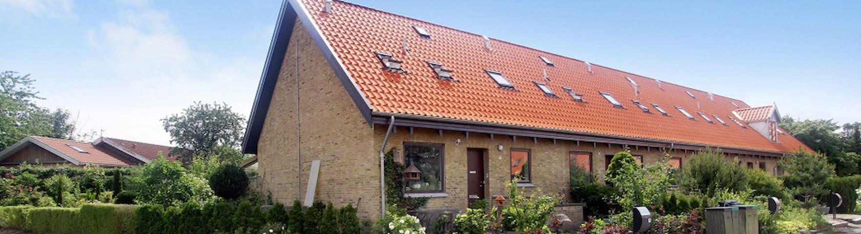 Hyggeligt rækkehus tæt ved strand - Humlebæk - House