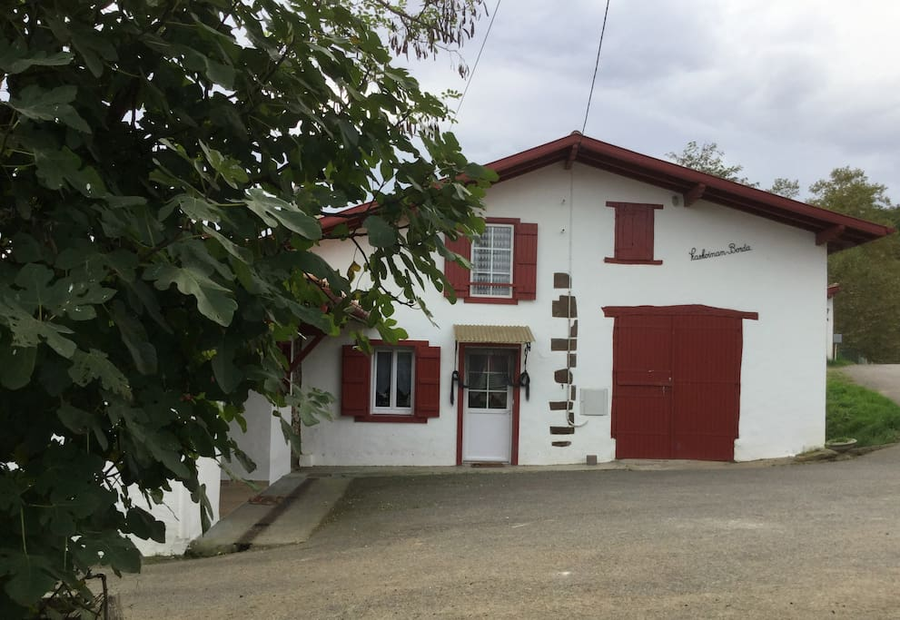 ferme au pays basque pr s c te et espagne houses for rent in hasparren nouvelle aquitaine. Black Bedroom Furniture Sets. Home Design Ideas