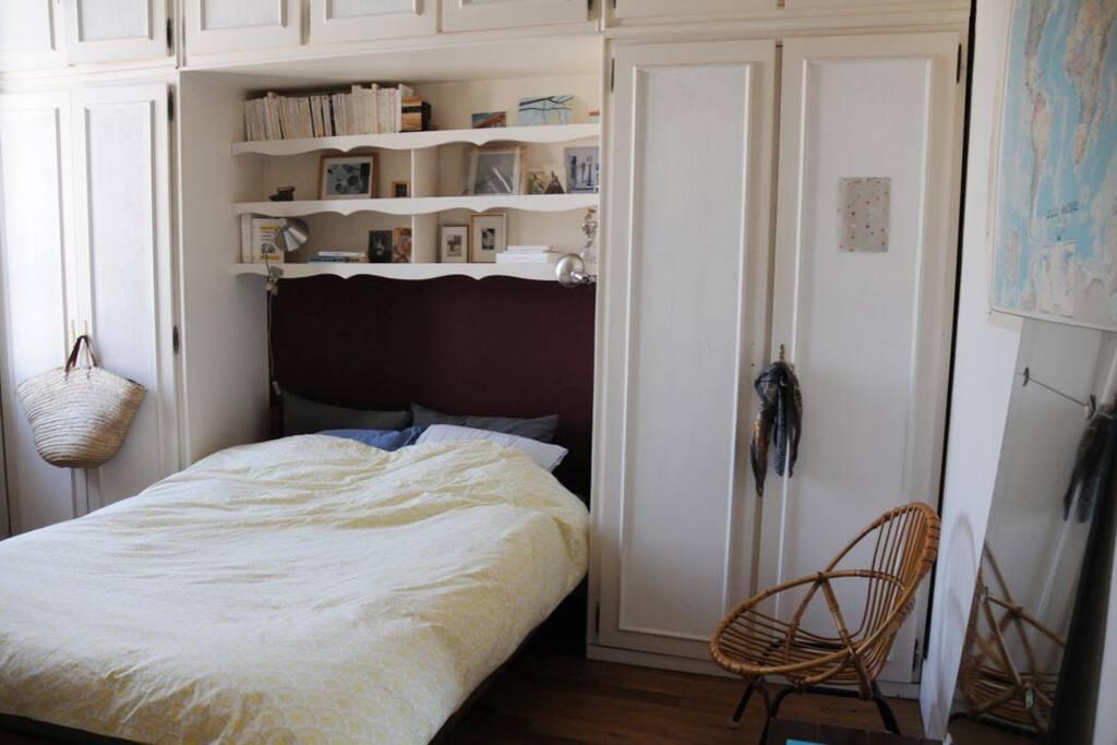 Chambre avec lit 140, matelas ultra confortable. Calme sur cour.