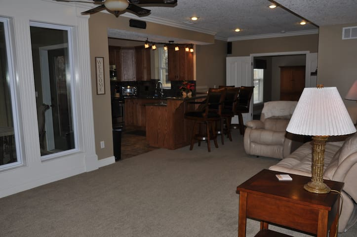 One Bedroom Apart - 20 Minutes From Any Area of KC