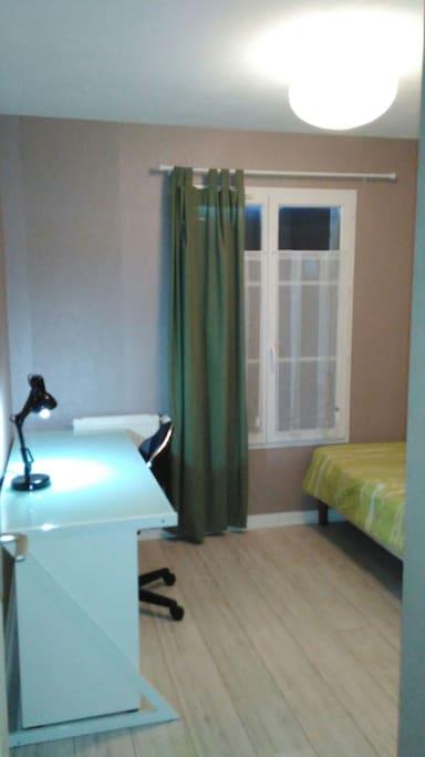 La chambre et son grand bureau