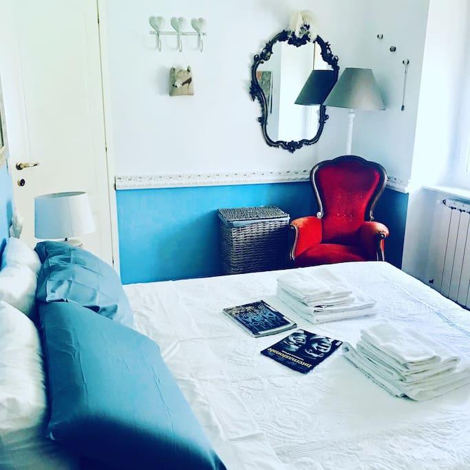 Camera da letto è arrivata la poltrona rossa !