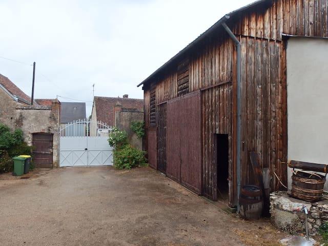 cour intérieure avec grange