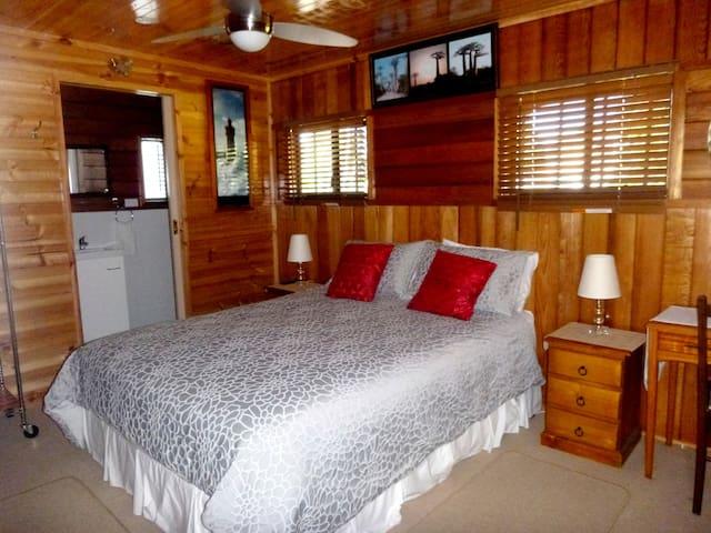 Bedroom 1 : Comfortable queen bedroom with ensuit