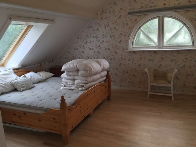 king size bed upstairs bedroom