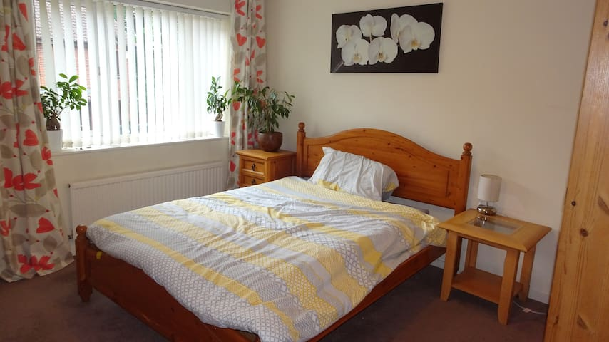 Hitchman House - A quiet, spacious 2 bedroom house