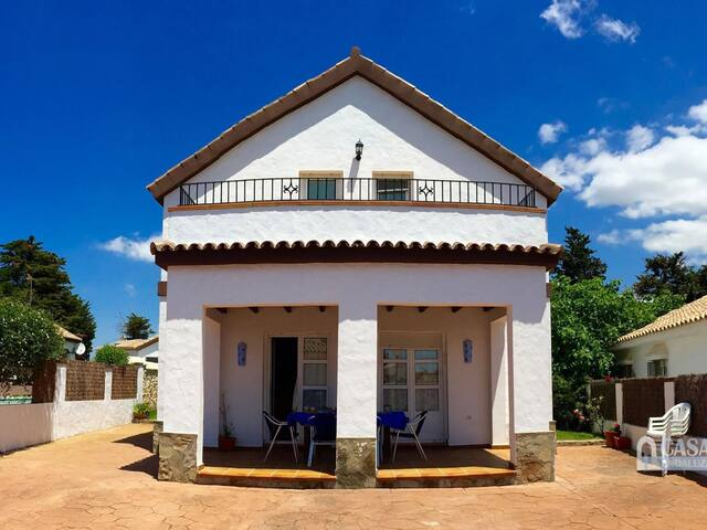 Holiday villa with private pool in Roche Viejo (Conil). Sleeps 6