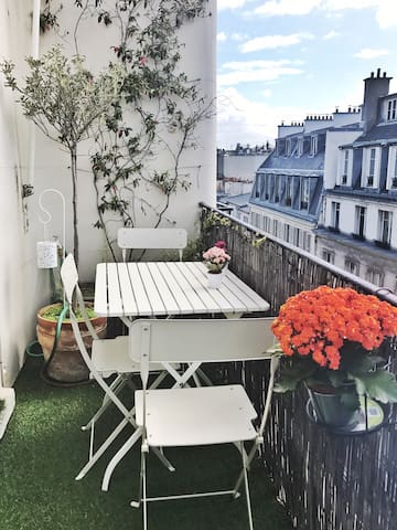 Terrasse with views of Paris rooftops