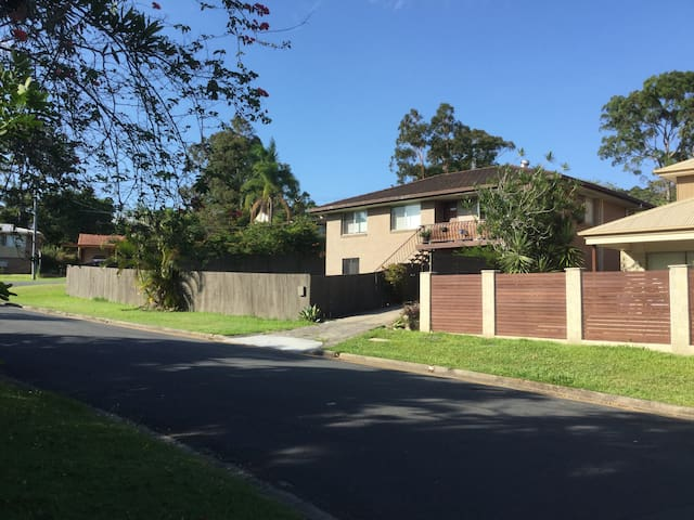 Family home minutes from beaches, central location - Benowa - Talo