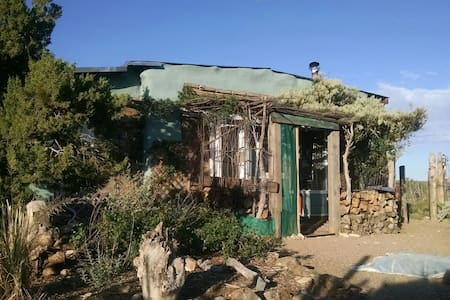 Adobe studio homestead near Madrid on 20 acres - Los Cerrillos - Hytte