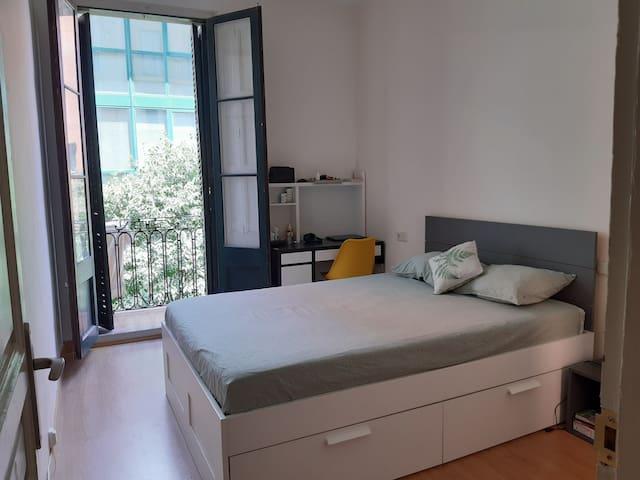 Habitación doble luminosa grande y cómoda