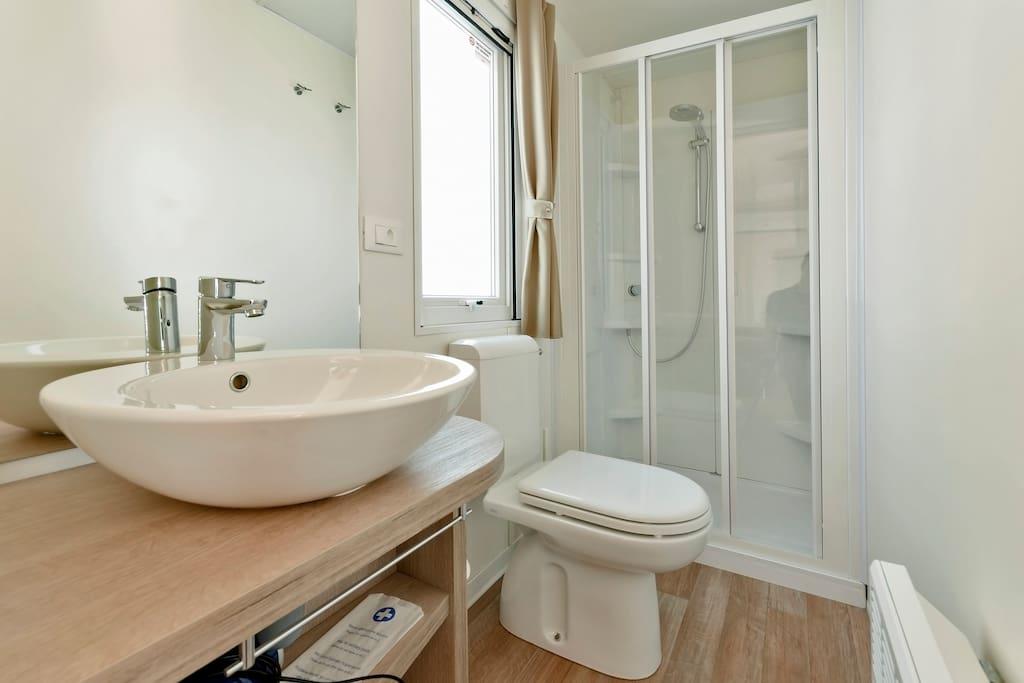 Bagno con WC e doccia
