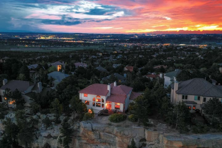 *NEW* Pikes Peak & Garden of the Gods Views, HOT TUB, Wifi, Cable TV, Gas Grill, Central Location
