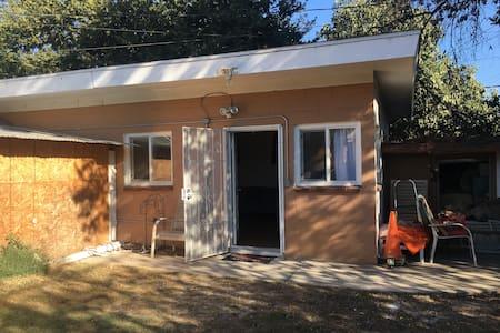 West  Downey ! Cozy, Simple, Backyard Guest Suite