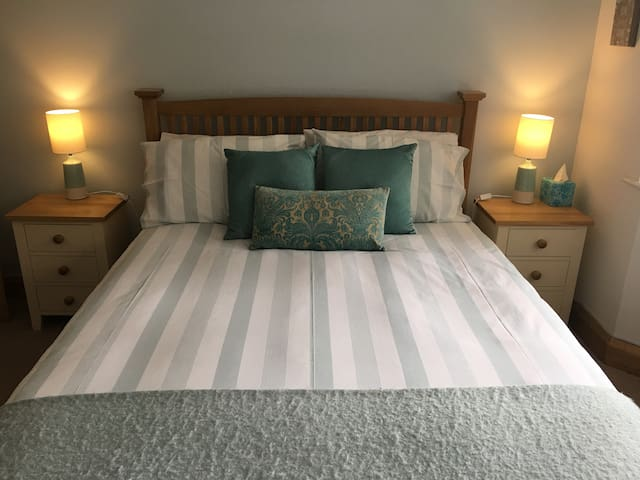 LUXURIOUS DOUBLE ROOM, EN-SUITE, TV, WIFI