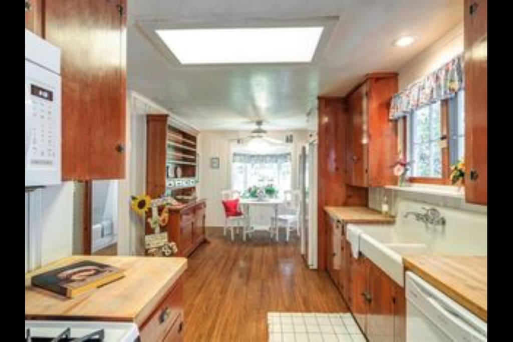 Large and Spacious County Cottage Kitchen