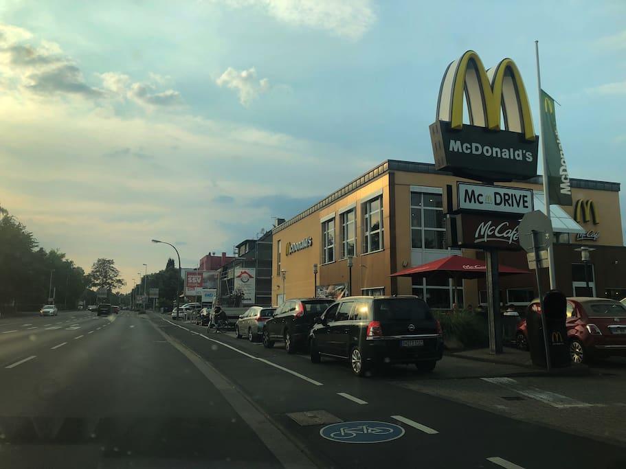 McDonald's ist 2 Häuser von der Unterkunft entfernt.