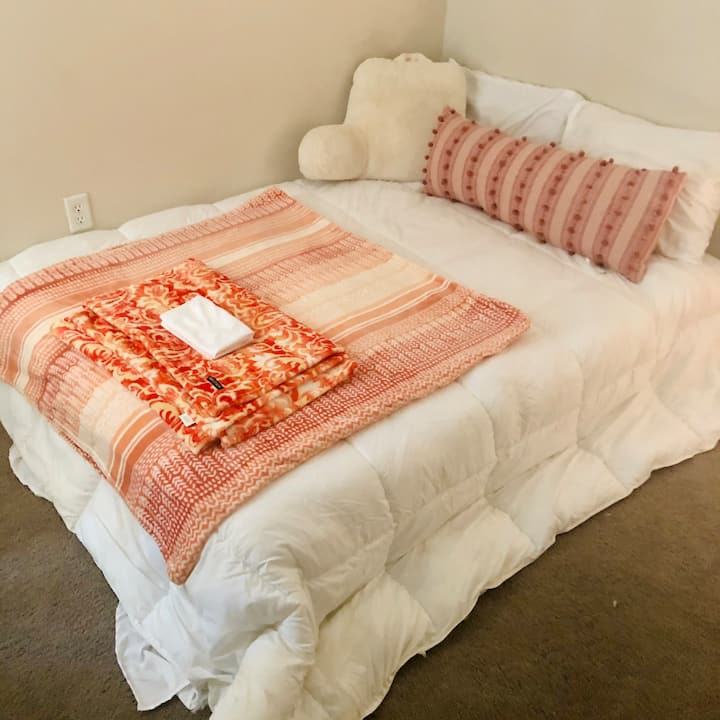 Tangerine Dreams - Cute Private Bedroom