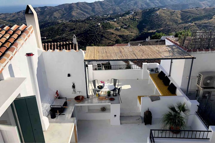 Townhouse in old part of Frigiliana with seaview