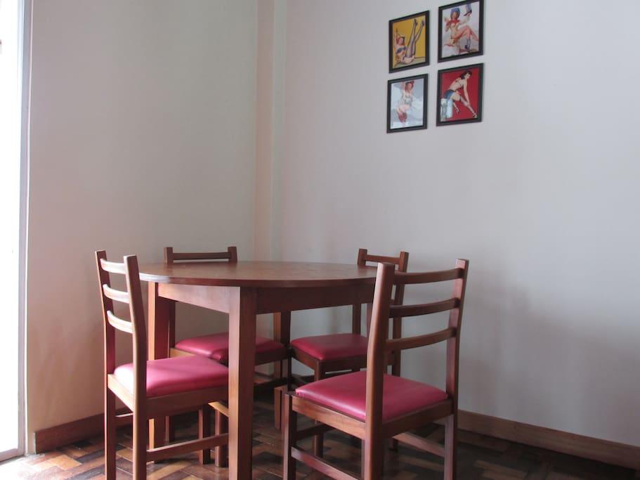 Mesa para refeições com 4 cadeiras
