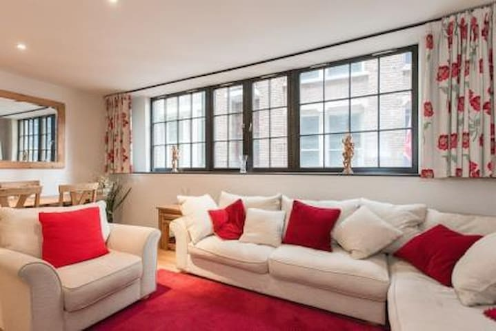 QUIET BUT CENTRAL 2 BED/2 BATH AT ST PAULS