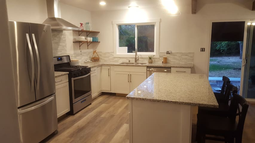 Newly Remodeled Bright Fresh Near Town & Bethel
