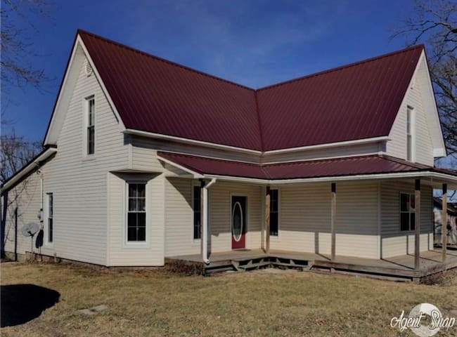 2 Bedroom House - Bellmore - The Firehouse