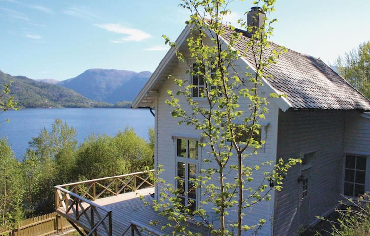 Holiday cottage with 4 bedrooms on 133 m² in Staveneset