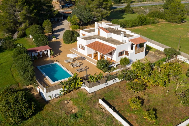 Belle villa Can Joan Durban avec piscine, climatisation, jardin et Wi-Fi ; parking disponible
