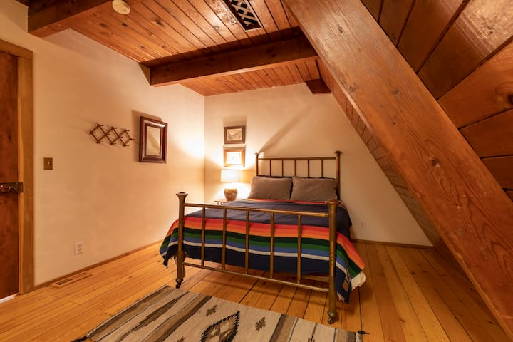 Downstairs bedroom Photo: Josh Elliot @joshua_jay