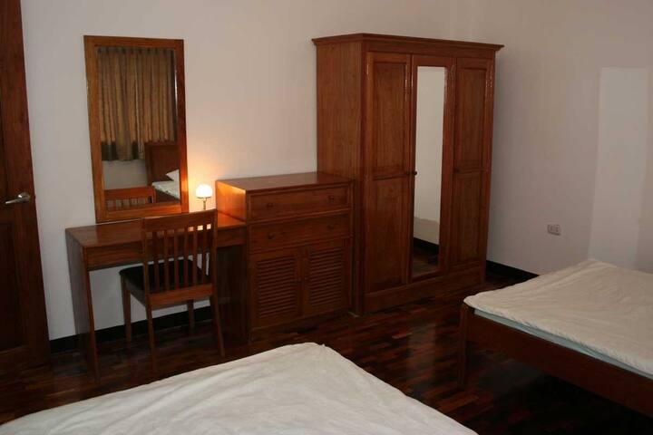 Big closets and desk in the second bedroom. Deutsch: Große Schränke und Schreibtisch im zweiten Schlafzimmer.