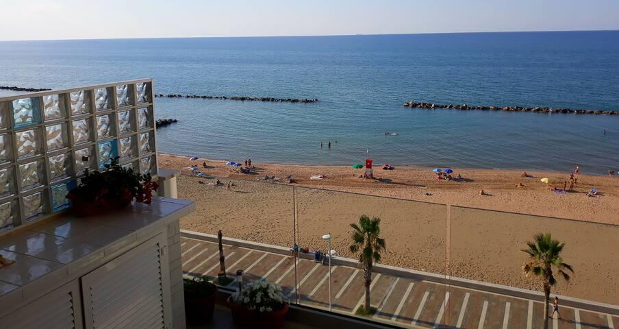 Le onde di Acqua di Mare,vivi il mare ed il Borgo.