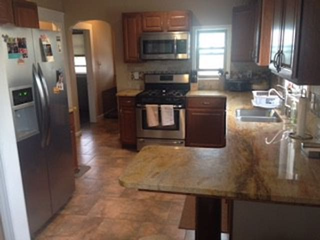 A Bargin House for RNC, 5 miles from Downtown - Lakewood