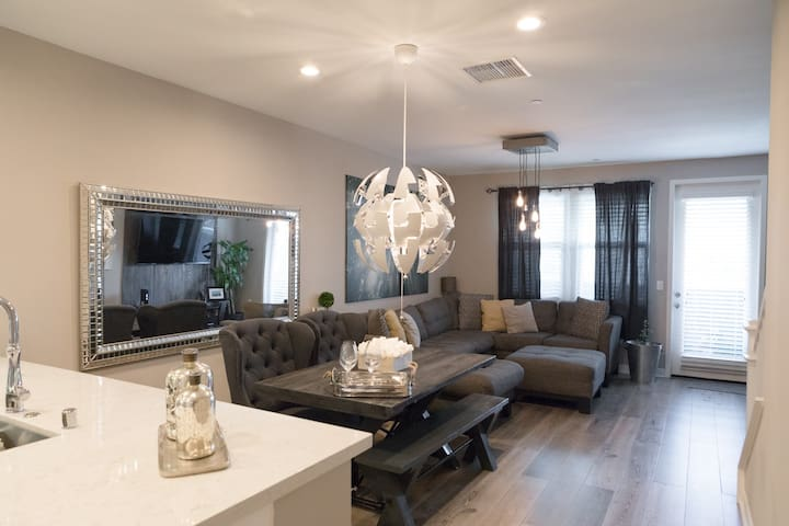 Near Entertainment and Theme Parks - MODERN Condo - Buena Park - Lägenhet