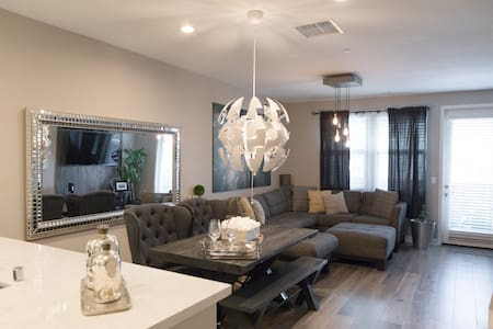 Near Entertainment and Theme Parks - MODERN Condo - Buena Park - Lejlighed