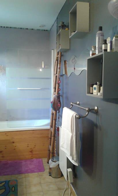la salle de bains avec double vasques et baignoire