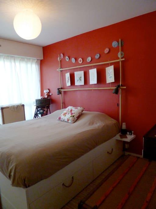 chambre 1 : donnant sur long balcon (volets rideau électrique)