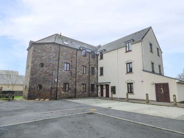 BEACON HOUSE, family friendly in Burry Port, Ref 951237