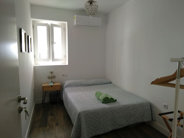 single room with bed 1,40 x 2,00