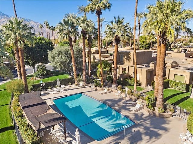 Palm Springs retreat minutes from downtown